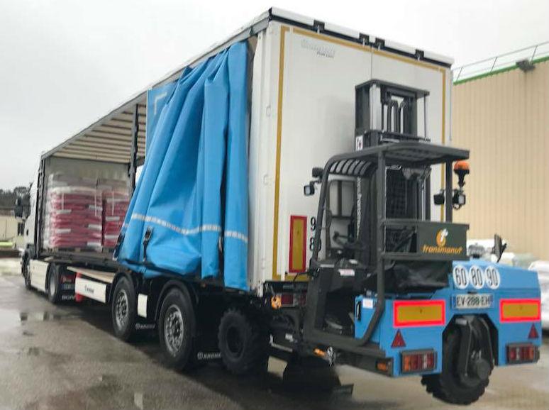 Camion avec chariot embarqué Provence Distribution Logistique