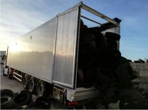Provence Distribution Logistique livraison avec benne à fond mouvant pneus